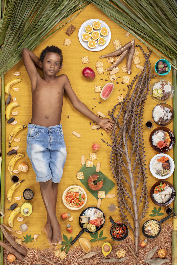 kids surrounded weekly diet photos daily bread gregg segal 6 5d11c0d9adcdf  700 - 10 fotos de crianças de todo o mundo que foram fotografadas demonstrando o que comem durante uma semana