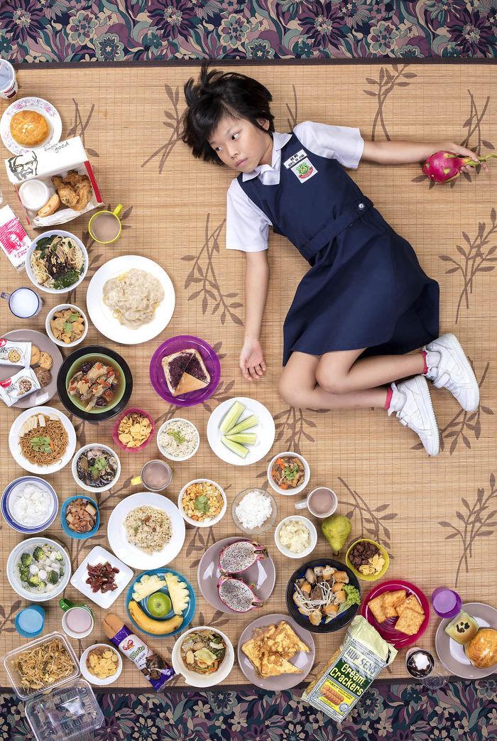 kids surrounded weekly diet photos daily bread gregg segal 7 5d11c0dcc6eb2  700 - 10 fotos de crianças de todo o mundo que foram fotografadas demonstrando o que comem durante uma semana