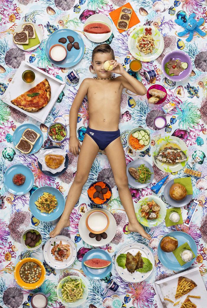 kids surrounded weekly diet photos daily bread gregg segal 8 5d11c0df7f1ba 700 - 10 fotos de crianças de todo o mundo que foram fotografadas demonstrando o que comem durante uma semana