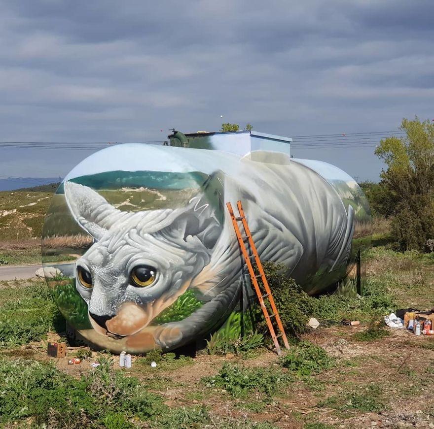 French artist turns an abandoned natural gas tank into a giant cat 5e9e95f9ada74 880 - Esse artista de rua é capaz de confundir a mente de qualquer um com suas belas artes ilusionistas