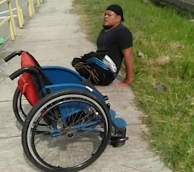abu fathiyyaturahma menk abdun mujtahid - Cadeirante salta de sua cadeira e rasteja para salvar a vida de um gatinho