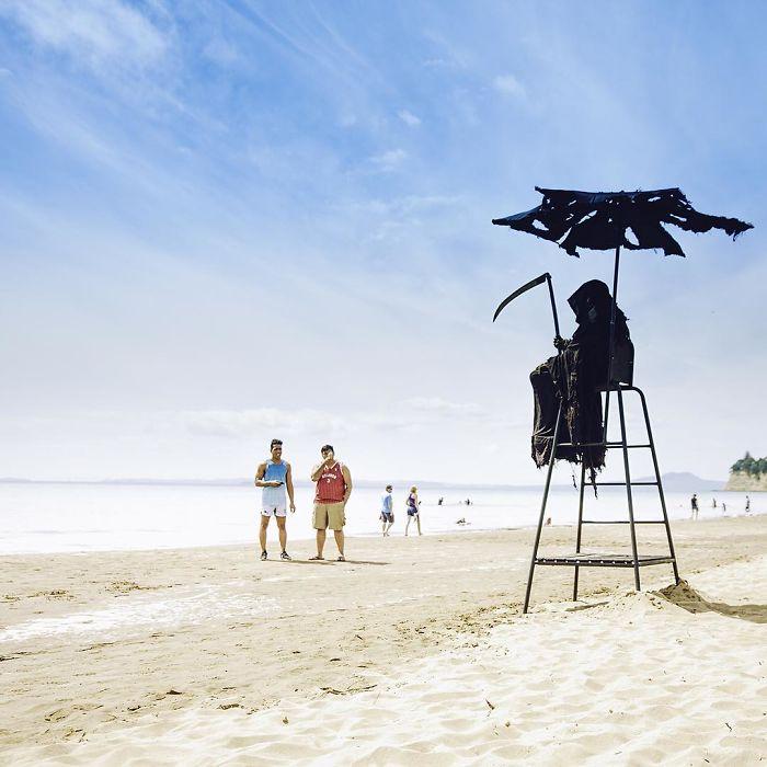 beaches reopen grim reaper 1 5ea133ebc85f3 700 - Vestido de Ceifador, homem visita praias da Flórida para conscientizar as pessoas