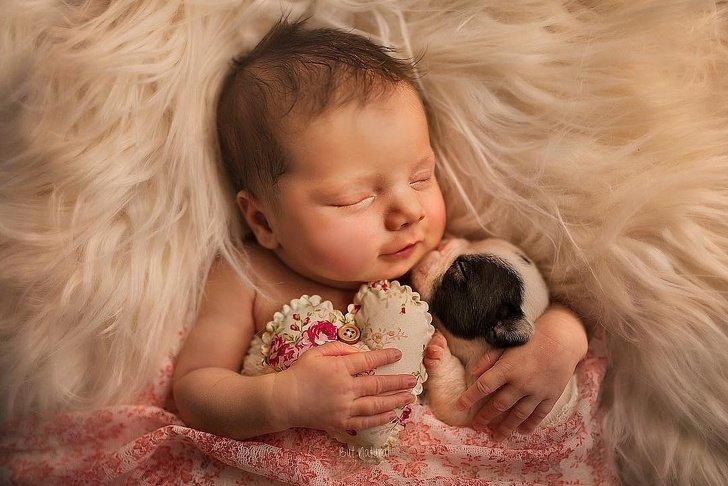 bebe1 - Fotógrafo faz ensaio com recém-nascidos e filhotinhos e o resultado é muito fofo