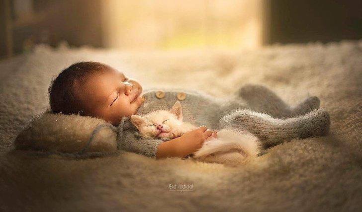 bebe10 - Fotógrafo faz ensaio com recém-nascidos e filhotinhos e o resultado é muito fofo