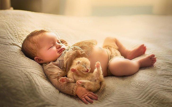 bebe12 - Fotógrafo faz ensaio com recém-nascidos e filhotinhos e o resultado é muito fofo