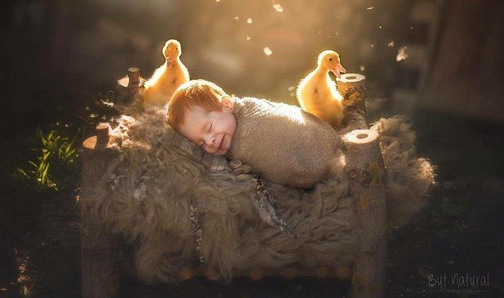 bebe2 - Fotógrafo faz ensaio com recém-nascidos e filhotinhos e o resultado é muito fofo