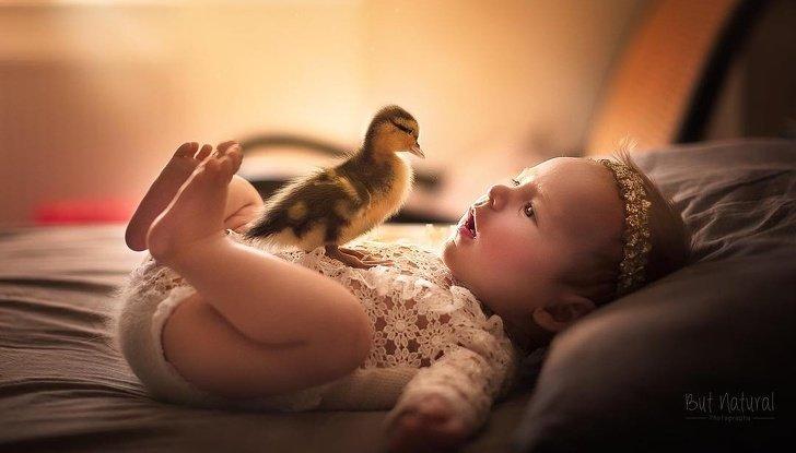 bebe3 - Fotógrafo faz ensaio com recém-nascidos e filhotinhos e o resultado é muito fofo