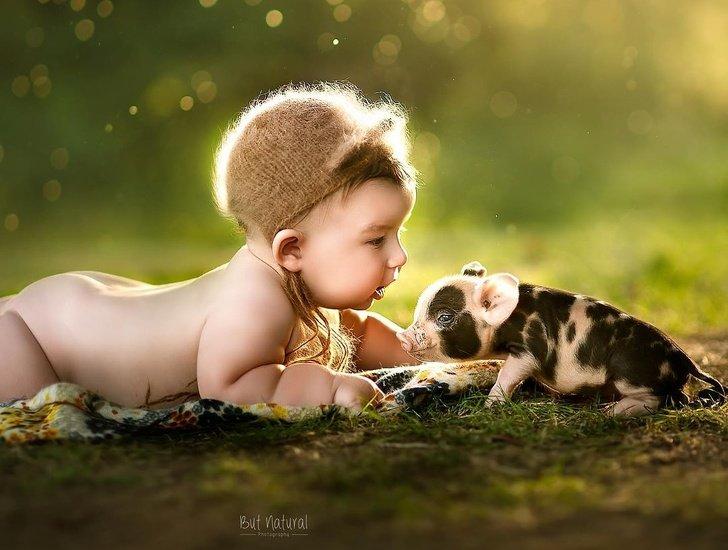 bebe5 - Fotógrafo faz ensaio com recém-nascidos e filhotinhos e o resultado é muito fofo
