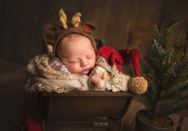 bebe8 - Fotógrafo faz ensaio com recém-nascidos e filhotinhos e o resultado é muito fofo