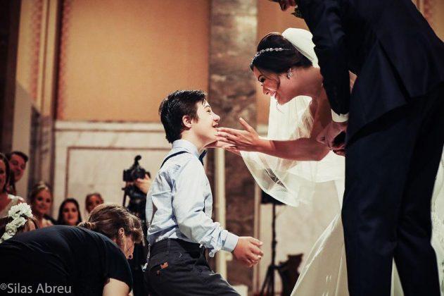 casamento fonoaudiologa surpresa criancas sindrome down 5 - A convite do noivo, crianças com Down levam alianças em casamento de sua fonoaudióloga emocionando-a