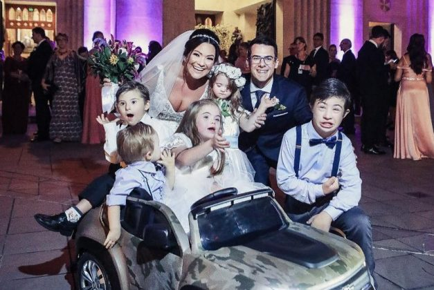 casamento fonoaudiologa surpresa criancas sindrome down 6 - A convite do noivo, crianças com Down levam alianças em casamento de sua fonoaudióloga emocionando-a