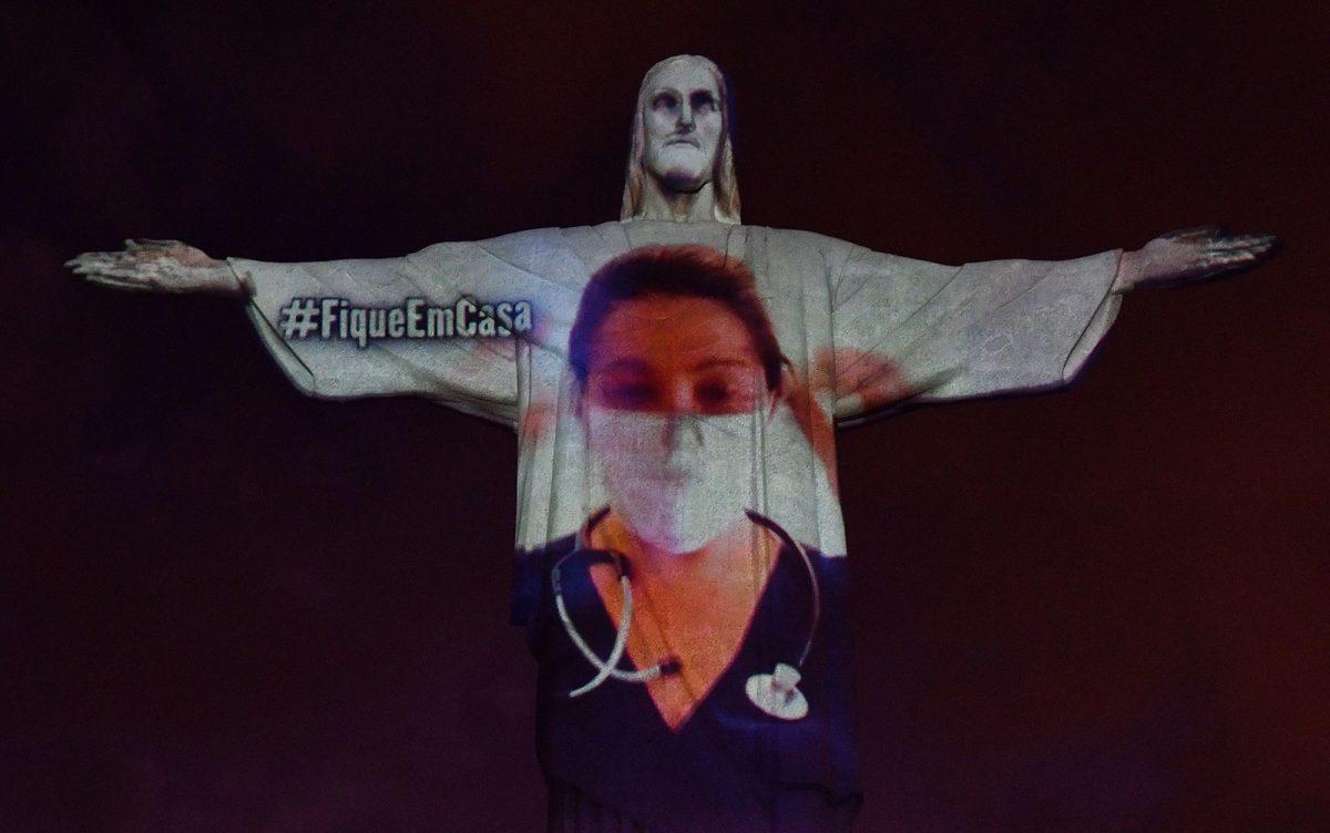 cristo 02 scaled - Cristo Redentor homenageia médicos 'vestindo' jaleco durante pandemia