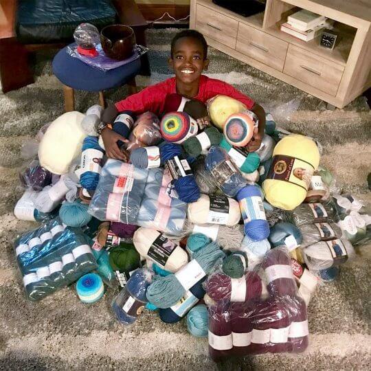menino croche - Menino de 11 anos faz crochê e doa peças para orfanatos