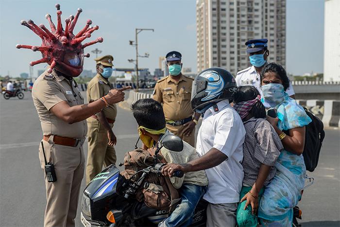 policialcorona - Policial indiano cria fantasia de 'coronavírus' para assustar pessoas que saem de casa na quarentena