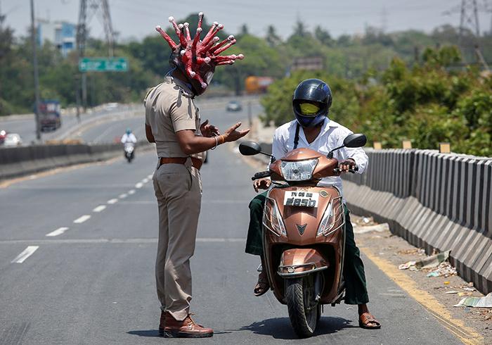 policialcorona3 - Policial indiano cria fantasia de 'coronavírus' para assustar pessoas que saem de casa na quarentena