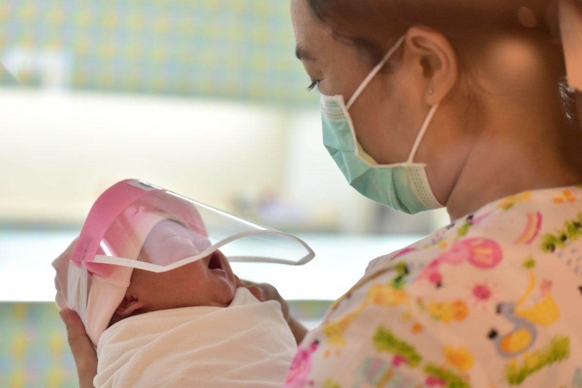 protetoresbebes4 scaled - Bebês ganham protetores faciais em maternidade para protegê-los na Tailândia