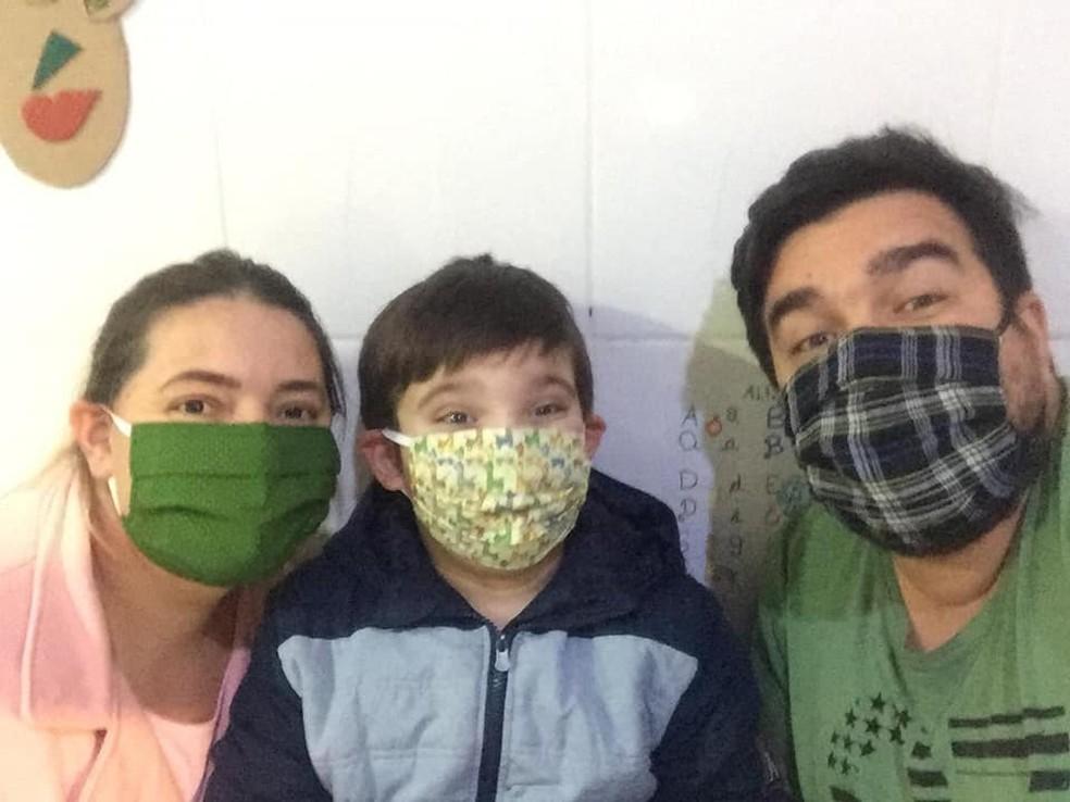 dani canecas pais - Menino autista ajuda a renda de sua família pintando canecas