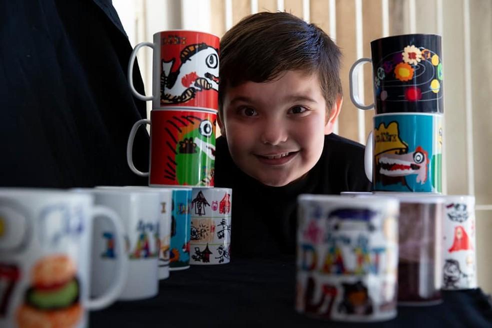 daniel canecas - Menino autista ajuda a renda de sua família pintando canecas