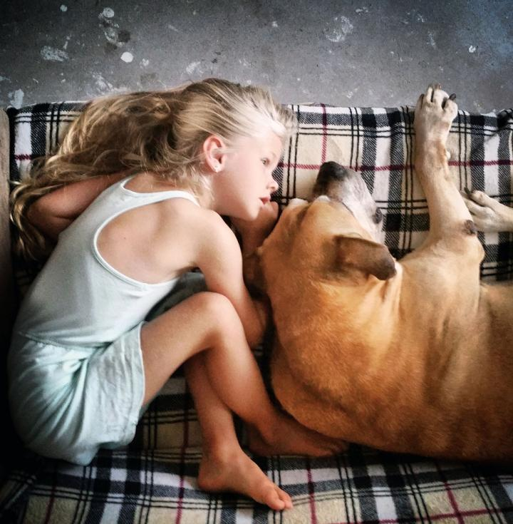 lynn y jaden perro fiel triste 2 - Com apenas 6 anos, menina fica com seu cão idoso até seu último suspiro