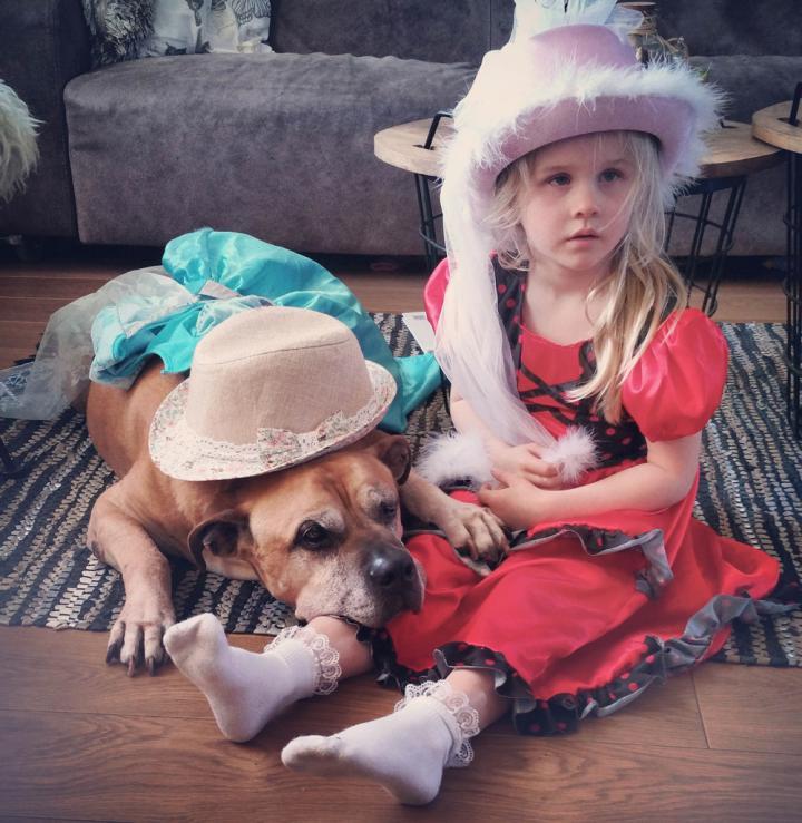 lynn y jaden perro fiel triste 3 - Com apenas 6 anos, menina fica com seu cão idoso até seu último suspiro