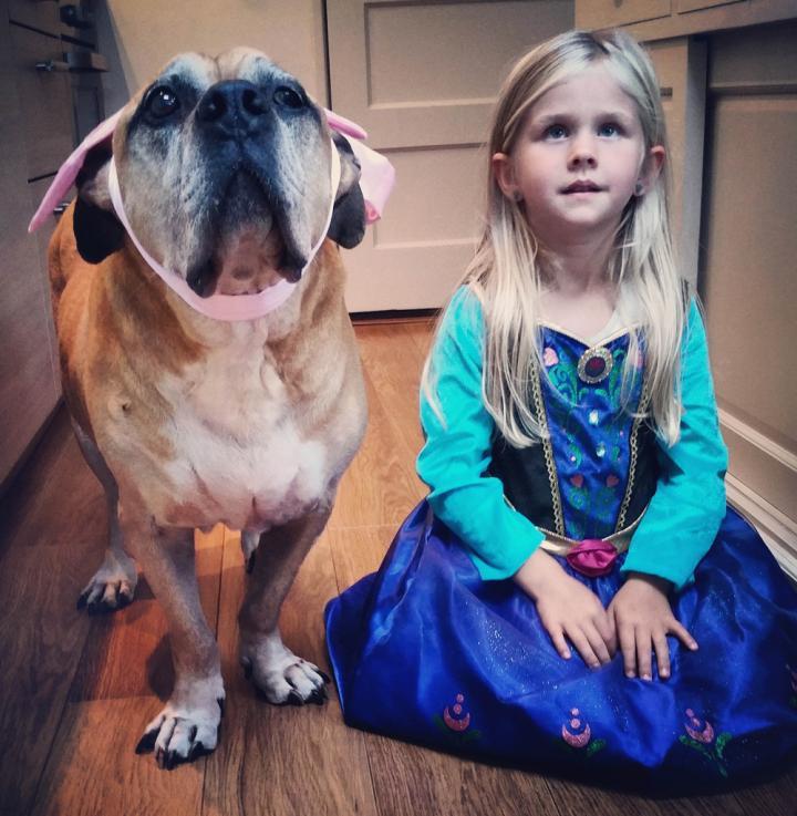 lynn y jaden perro fiel triste 8 - Com apenas 6 anos, menina fica com seu cão idoso até seu último suspiro