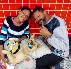 download - Cachorro de moradores de rua ficam famosos após dormir com chupeta na boca