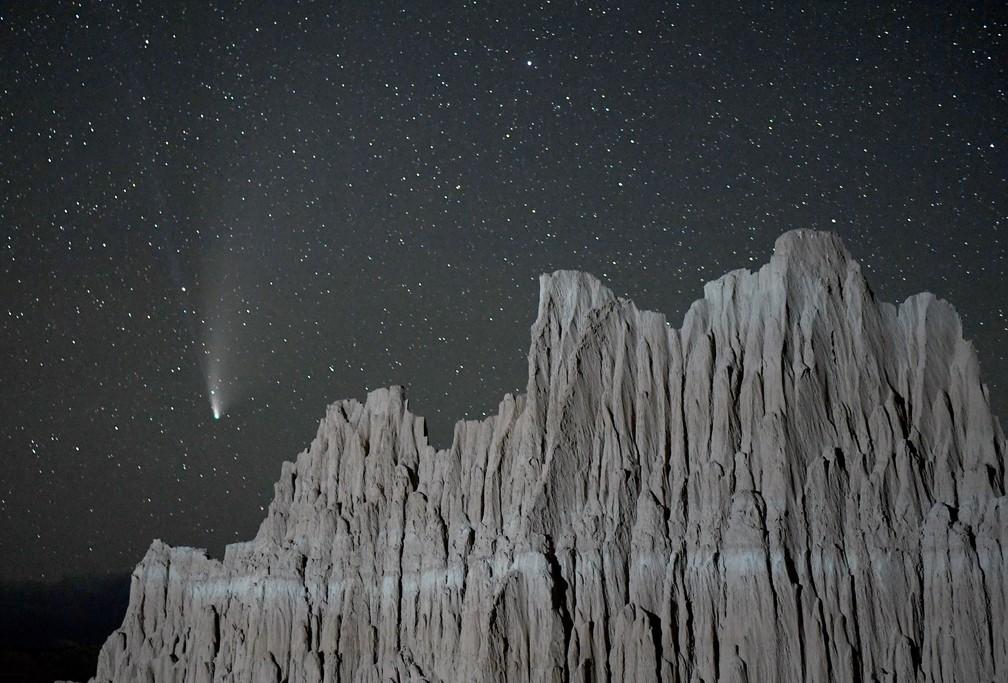 063 1257942265 - Casal fica noivo durante rara passagem de cometa