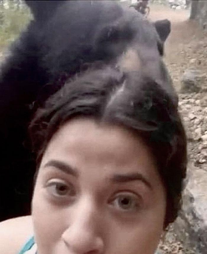 1 5f1567ab8c64a 700 - Urso se junta a mulheres em caminhada e posa para selfies