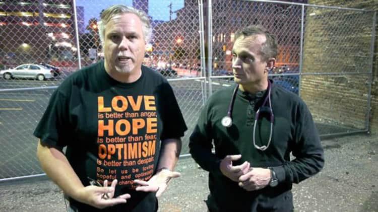 Jim Withers street doctor 550x309 1 - Jaleco dispensado: Médico se veste como morador de rua para trata-los