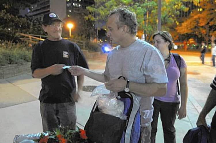 Jim - Jaleco dispensado: Médico se veste como morador de rua para trata-los