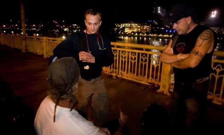 jim withers - Jaleco dispensado: Médico se veste como morador de rua para trata-los