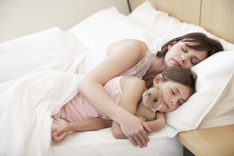 maeefilha - Você deita com seu filho até ele adormecer? Ele precisa de você (e você desse momento)