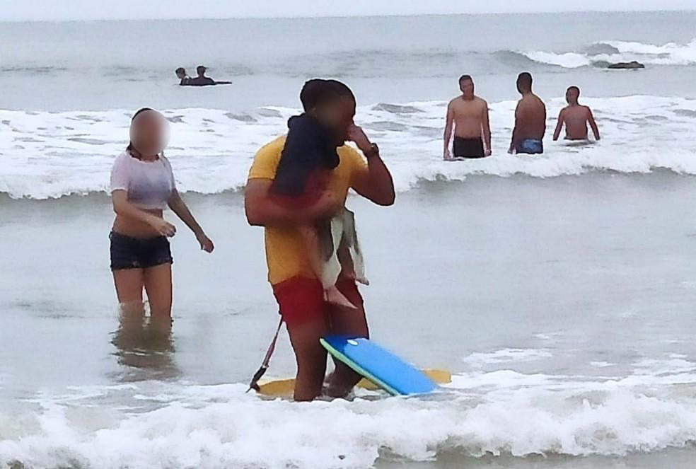 bombeiro2 - Bombeiro se emociona e chora ao salvar menino de 4 anos que se afogava em SP