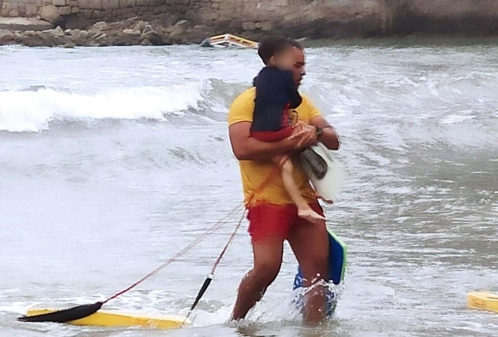 bombeiro4 - Bombeiro se emociona e chora ao salvar menino de 4 anos que se afogava em SP