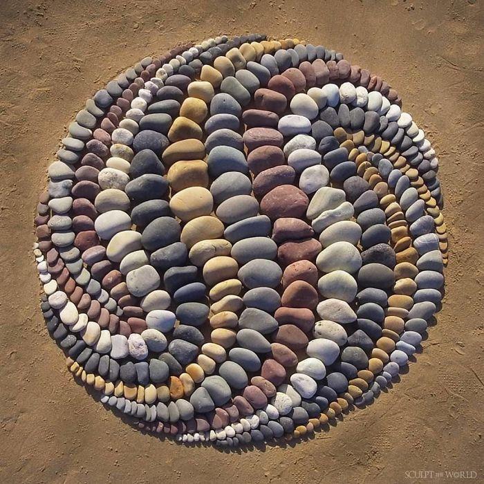 B4vXLBFD7Mu png 700 - Artista faz artes com pedras em padrões incríveis na praia: Uma terapia!
