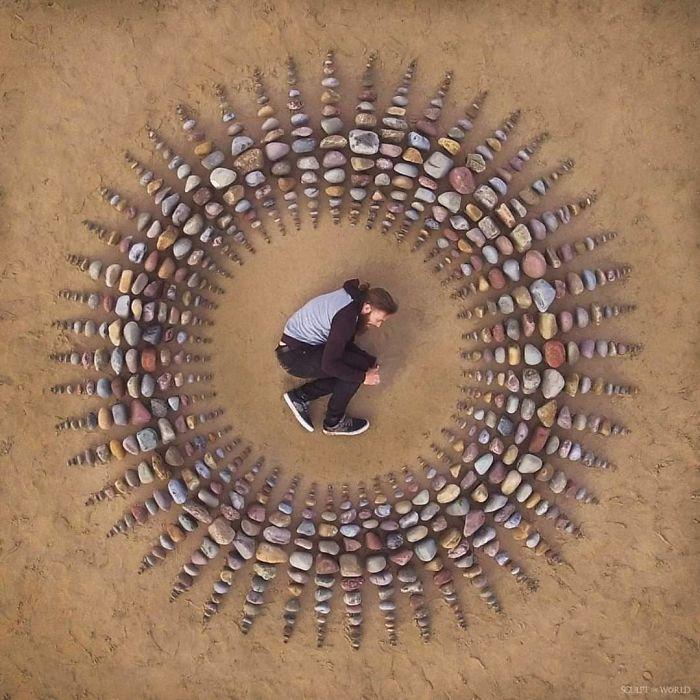 B6bcPIWjJbV png 700 - Artista faz artes com pedras em padrões incríveis na praia: Uma terapia!