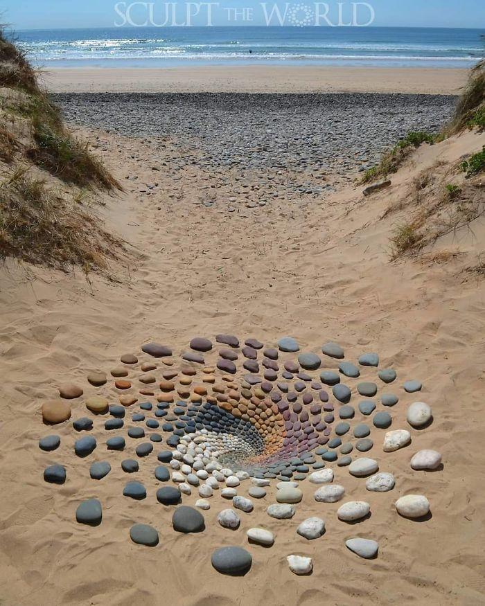 BxdG7 ZDdVI png 700 - Artista faz artes com pedras em padrões incríveis na praia: Uma terapia!
