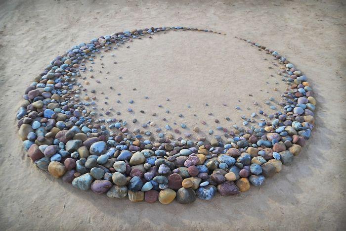 stone arrangements beach land art jon foreman 1 5e3d1ea829a0f 700 - Artista faz artes com pedras em padrões incríveis na praia: Uma terapia!