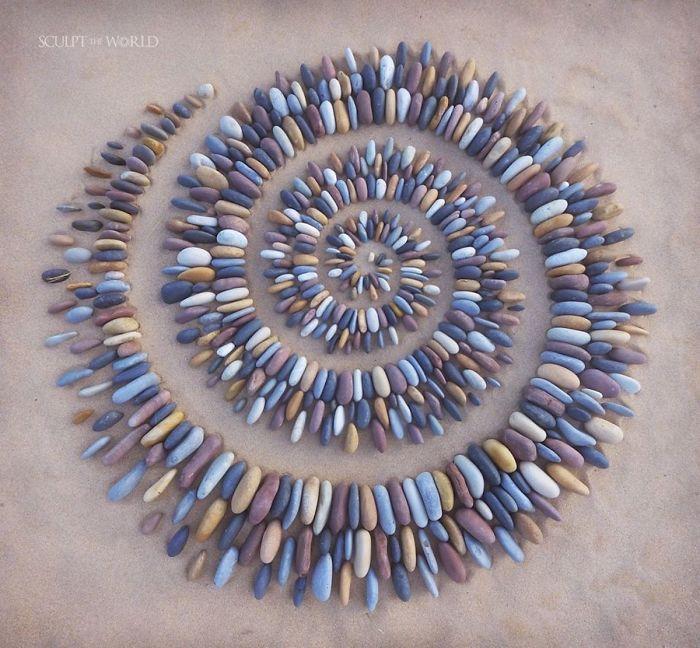 stone arrangements beach land art jon foreman 3 5e3d1eac0c7fb 700 - Artista faz artes com pedras em padrões incríveis na praia: Uma terapia!
