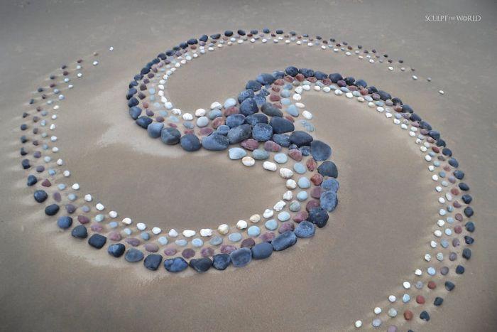stone arrangements beach land art jon foreman 4 5e3d1eaddab0f 700 - Artista faz artes com pedras em padrões incríveis na praia: Uma terapia!