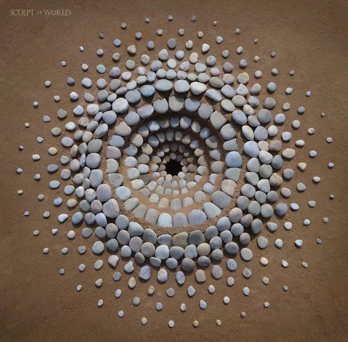 stone arrangements beach land art jon foreman 8 5e3d1eb52b13e 700 - Artista faz artes com pedras em padrões incríveis na praia: Uma terapia!