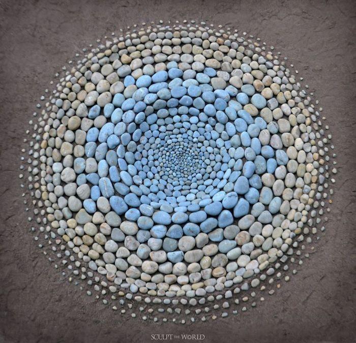 stone arrangements beach land art jon foreman 9 5e3d1eb72d8d0 700 - Artista faz artes com pedras em padrões incríveis na praia: Uma terapia!