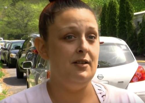 3881cb2c388c043d27a49e96df9b228f 500x1 - Carteiro vê bebê sozinho na rua, ao entrar em sua casa, encontra mãe debruçada sobre carrinho de bebê