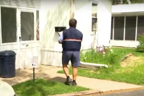 f1dc8614e16f3d281a0bd31cb3fd3aa5 500x1 - Carteiro vê bebê sozinho na rua, ao entrar em sua casa, encontra mãe debruçada sobre carrinho de bebê
