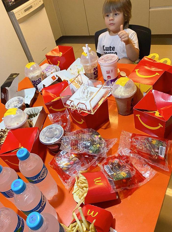 little boy orders mcdonalds with moms phone 1 5fc4b819a9f84 700 - Menino de 4 anos pegou o celular de sua mãe e pediu R$ 400 em McDonald's