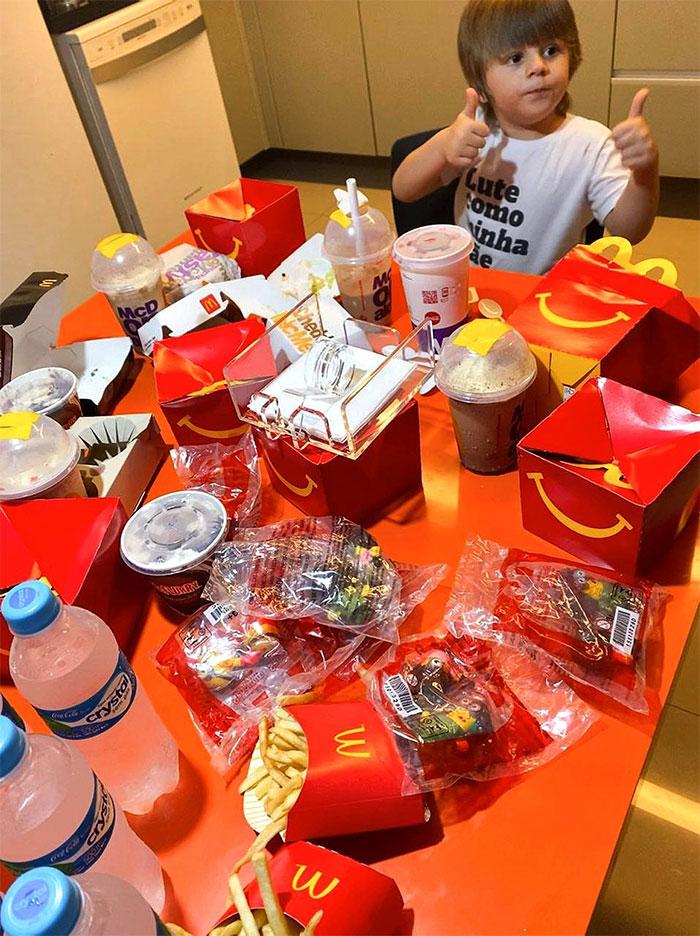 little boy orders mcdonalds with moms phone 2 5fc4b81b8edf3 700 - Menino de 4 anos pegou o celular de sua mãe e pediu R$ 400 em McDonald's
