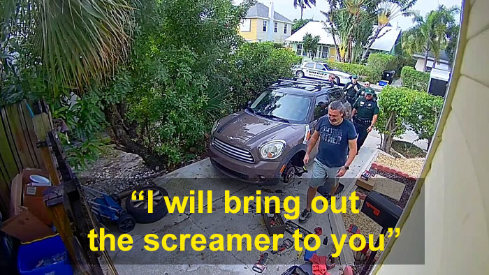 neighbor calls police screaming parrot 3 5e182dcc154be 700 - Homem recebe 4 policiais em sua casa porque seu papagaio gritava para deixá-lo sair
