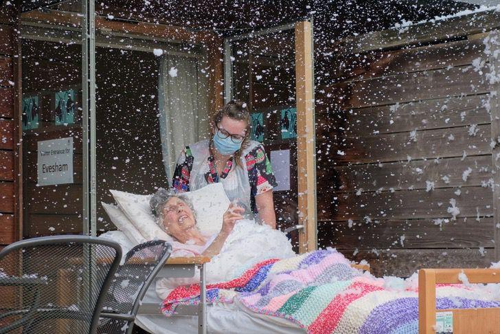 Captura de Pantalla 2021 01 19 a las 14.52.09 - O hospital cumpriu o desejo da avó e trouxe uma nevasca para sua cama. Eu estava sorrindo enquanto sentia a neve