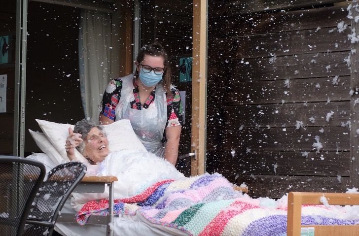 Captura de Pantalla 2021 01 19 a las 14.52.20 - O hospital cumpriu o desejo da avó e trouxe uma nevasca para sua cama. Eu estava sorrindo enquanto sentia a neve