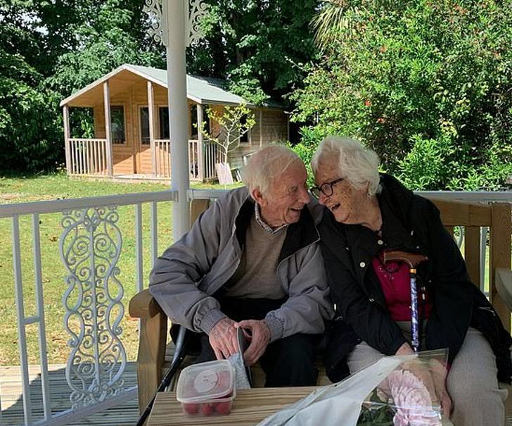 Captura de Pantalla 2021 01 20 a las 10.42.06 - Casal de idosos se reencontram após 3 meses separados pela COVID. Tudo foi gravado em um vídeo